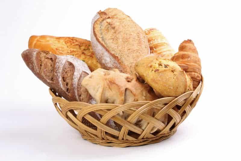 kosz z różnymi bochenkami chleba