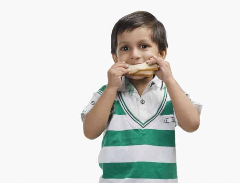 chlopiec-posilek-chleb