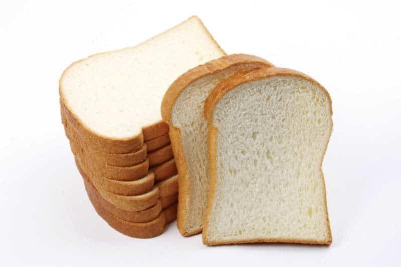 Kromki białego chleba