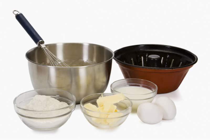 Naczynia i składniki potrzebne do pieczenia