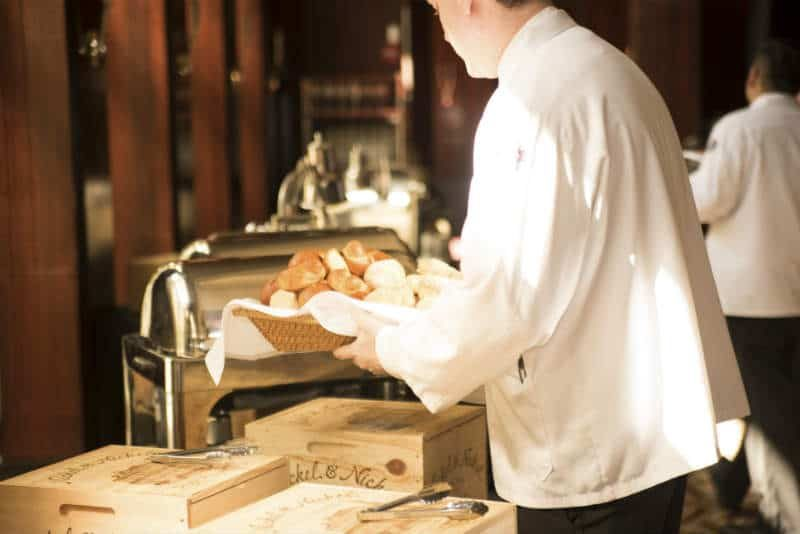 Piekarz z bochenkiem chleba